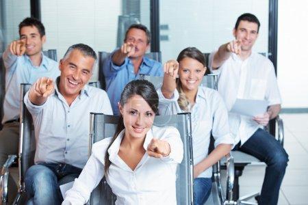 Photo pour Portrait d'une équipe de commerciaux souriant pointant vers vous - image libre de droit