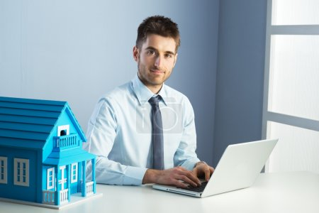 Photo pour Homme travaillant avec ordinateur portable dans sa maison de bureau et modèle. - image libre de droit