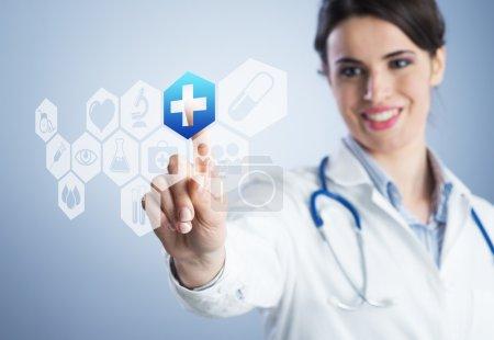 junge Ärztin mit Touchscreen-Schnittstelle.