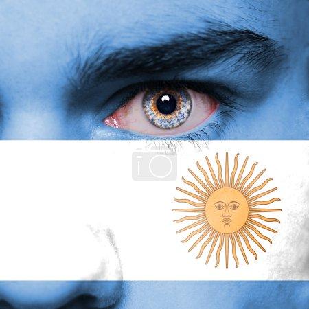 Photo pour Drapeau de l'Argentine peinte sur le visage - image libre de droit