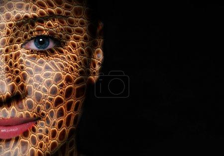 Eidechsenhaut im Gesicht der Frau