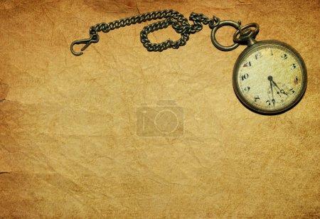 Photo pour Vintage montre de poche sur vieux papier - image libre de droit