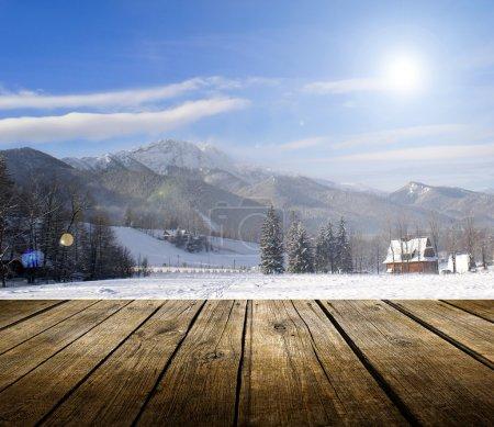 Photo pour Table de terrasse en bois vide avec fond de l'hiver. prêt pour le montage de produit affichage. - image libre de droit
