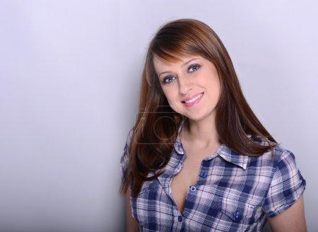 Photo pour Belle brune posant sur fond gris - image libre de droit
