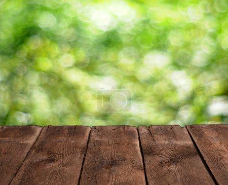 Foto de Mesa de madera vacía y fondo verde verano - Imagen libre de derechos