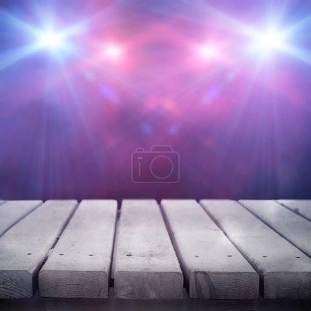 Photo pour Fond violet dans le spectacle. Intérieur brillant avec un projecteur - image libre de droit
