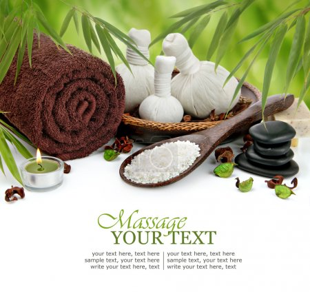 Photo pour Spa massage bordure arrière-plan avec serviette roulée, boules de compression, pierres de basalte empilées, sel de mer et bambou - image libre de droit