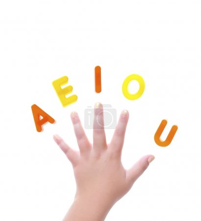 Photo pour Isolé main avec les lettres a e i o et vous. - image libre de droit