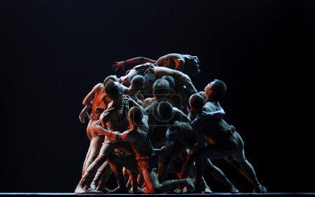 Photo pour CHENGDU - DEC 10 : spectacle de danse de groupe moderne interprété par Zhejiang Song and Dance Theater au théâtre JINCHENG lors du 7ème concours national de danse de Chine le 10 décembre 2007 à Chengdu, Chine . - image libre de droit