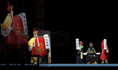 Photo pour Mulian Drama of Chinese Qi opera performer make a show on stage to compete for awards in 25th Chinese Drama Plum Blossom Award competition at Experimental theater. juin 6, 2011 in Chengdu, China . - image libre de droit