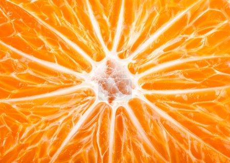 Photo pour Tranche de fruits mûrs mandarine, fond orange - image libre de droit