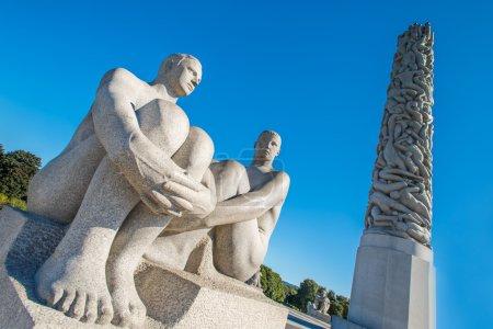 Photo pour OSLO, NORVÈGE - 27 AOÛT : Statues dans le parc Vigeland à Oslo, Norvège, le 27 août 2012.Le parc couvre 80 acres et comprend 212 sculptures en bronze et en granit créées - image libre de droit