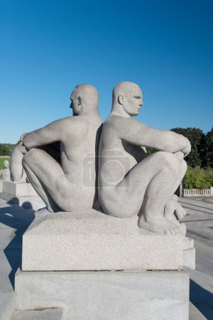 Photo pour OSLO - 7 SEPTEMBRE : Statues au parc Vigeland à Oslo, Norvège, le 7 septembre 2012. Le parc couvre 80 acres et dispose de 212 sculptures en bronze et en granit créées par - image libre de droit