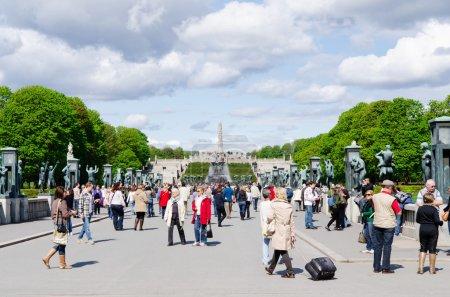 Photo pour OSLO, NORVÈGE 18 MAI : Statues au parc Vigeland à Oslo, Norvège, le 18 mai 2012. Le parc couvre 80 acres et comprend 212 sculptures en bronze et granit créées par Gustav Vigeland - image libre de droit