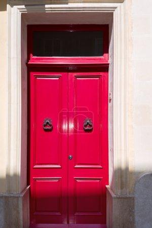 Photo pour Superbe porte de maison britannique rouge à la maison sur Malte - image libre de droit