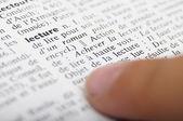 Dětského čtenářství s prstem na slovníku