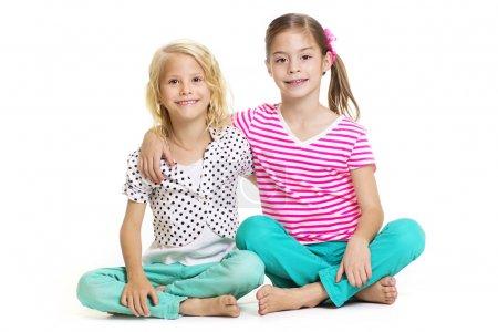 Foto de Dos niñas que son los mejores amigos aislados en blanco - Imagen libre de derechos