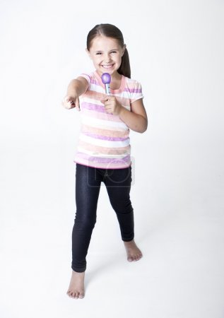 Photo pour Petite Pop Star mignonne chantant sur fond blanc - image libre de droit