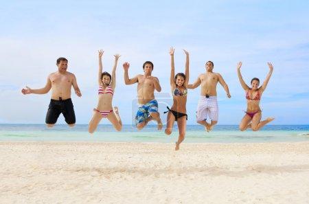 Photo pour Les jeunes adultes s'amusent à la plage - image libre de droit
