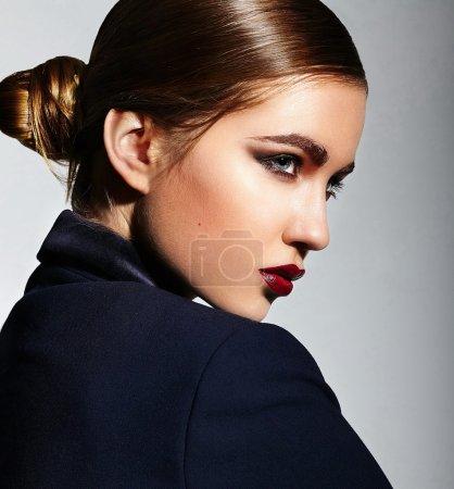 Photo pour High fashion look.glamor gros plan portrait de belle brune élégante sexy modèle de jeune femme caucasienne avec un maquillage lumineux, avec des lèvres rouges, avec une peau propre parfaite en veste en studio - image libre de droit