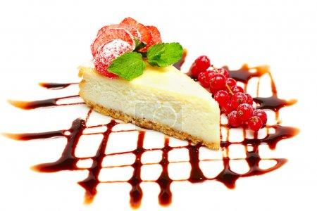 Photo pour Gâteau au fromage avec des fraises, de groseilles et de feuilles de menthe - image libre de droit