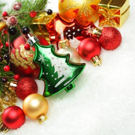 Photo pour Décorations de Noël sur fond blanc hiver neige - image libre de droit