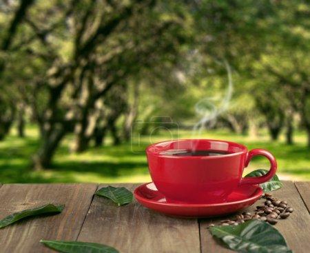 Photo pour Tasse de café frais avec des grains de café sur une table en bois - image libre de droit