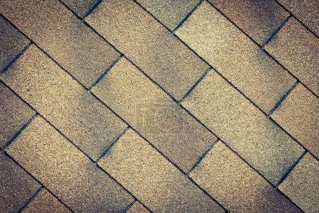 Photo pour Vieux gros plan la texture de la toiture des tuiles - image libre de droit