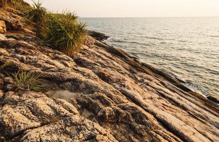 Photo pour Avant le lever du soleil béatifique sur les rochers, Rayong, Thaïlande . - image libre de droit