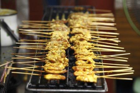 Photo pour Côtes de porc barbecue cuisson sur un gril à l'extérieur en été - image libre de droit