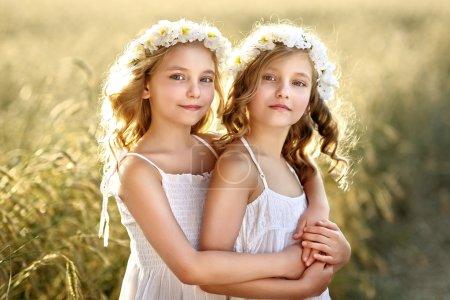 Foto de Retrato de dos gemelos de niñas pequeñas - Imagen libre de derechos