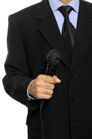 Photo pour Homme avec un costume noir tenez le microphone. jour de l'élection de fond ou d'un concept - image libre de droit