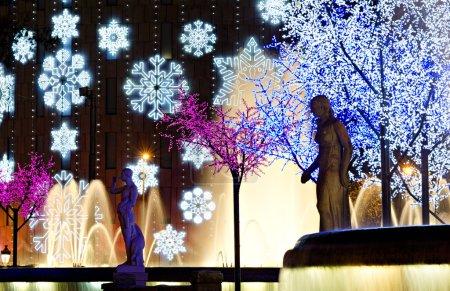 Photo pour Soirée illumination de Noël coloré, plaza catalunya, Barcelone, Espagne - image libre de droit