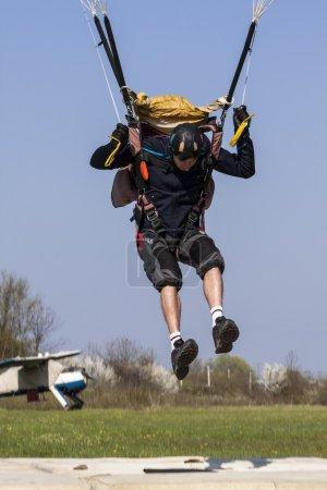 Photo pour Parachutiste pilotes rempli parachute - image libre de droit