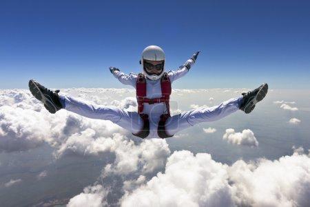 Photo pour Une fille effectue dans un style libre chute libre . - image libre de droit