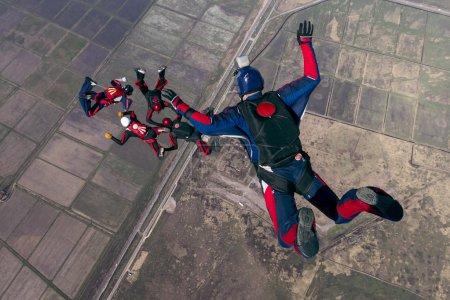 Photo pour Parachutistes en travail relatif. - image libre de droit