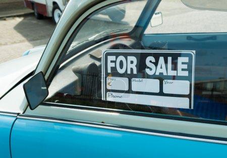 Photo pour Signe de vente sur une voiture - image libre de droit