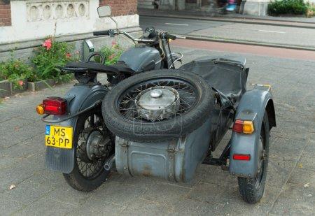 Photo pour Antique moteur Oural avec side-car à rotterdam, Pays-Bas. IMZ-Oural est un fabricant russe de motos lourdes sidecar. Les origines de l'IMZ-Oural sont liées à l'évolution du front de l'Est pendant la Seconde Guerre mondiale . - image libre de droit
