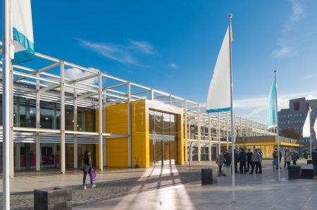 Photo pour Entrée moderne de l'école secondaire Landstede à zwolle, Pays-Bas. Les étudiants développent ici leurs compétences en travaillant sur des missions souvent en consultation avec de vrais clients d'affaires - image libre de droit