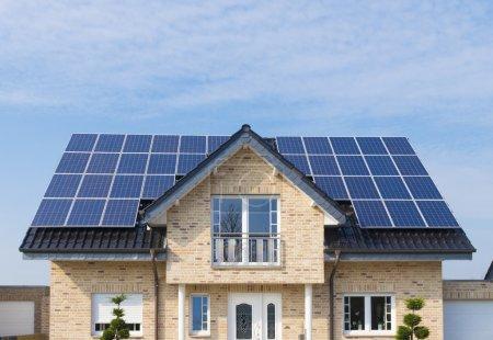 Foto de Casa nueva con paneles solares en su techo - Imagen libre de derechos