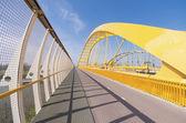 žlutá obloukový most