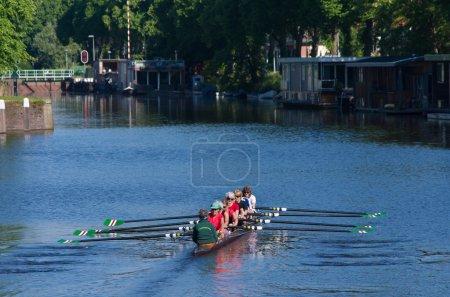 Photo pour Femele rameurs senior dans un canot sur un canal aux pays-bas - image libre de droit
