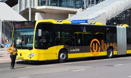 Photo pour Bus à la gare centrale d'utrecht, Pays-Bas. avec plus de 1 000 pilotes, plus de 300 bus et 26 trams u-ov transportent environ 200 000 passagers par jour. - image libre de droit