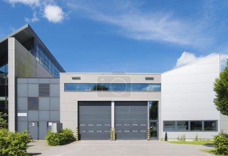 Photo pour Unité industrielle moderne avec portes à rouleaux - image libre de droit