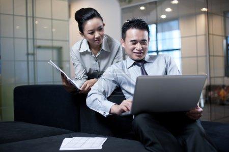 business paar mit laptop