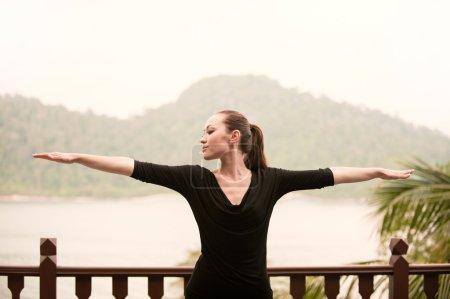 Photo pour Attrayant asiatique femelle faire du yoga - image libre de droit