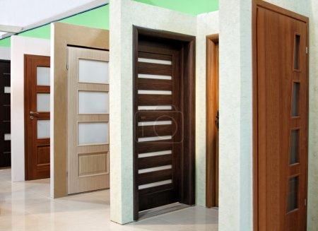 Photo pour Portes intérieures de bois modernes avec vitraux - image libre de droit