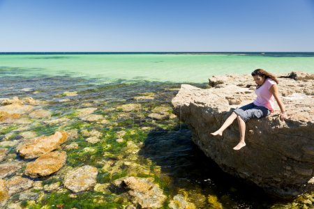 Photo pour Jeune femme touriste aime l'eau étonnante et les rochers - image libre de droit