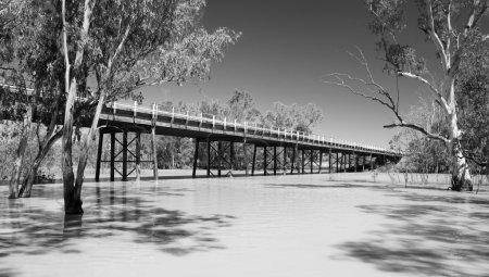 Photo pour Darling River, dans l'arrière-pays australien avec l'autoroute traversant le pont au-dessus - image libre de droit