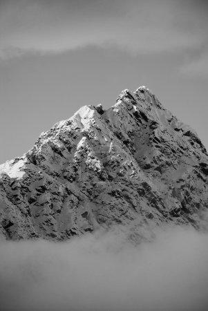 Photo pour Île du Sud, Nouvelle-Zélande. La pointe d'une montagne culmine à travers les nuages . - image libre de droit